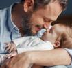 Tatínek s dítětem v náručí