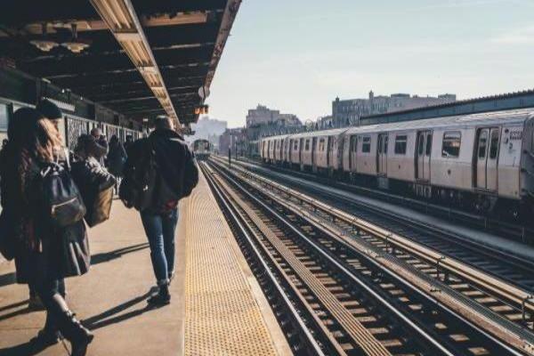 毎朝電車で何読もう?通勤時間が楽しくなるショートエッセイ集5選