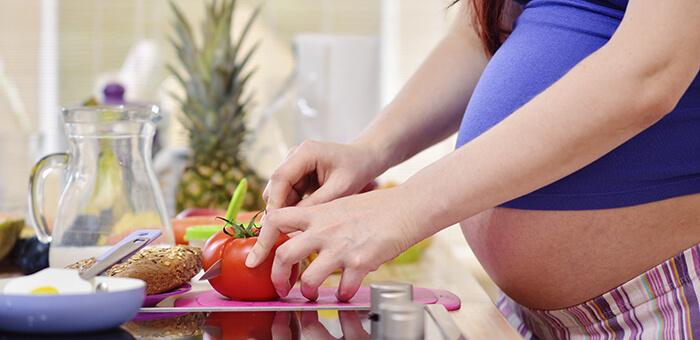 Yemek hazırlayan hamile kadın