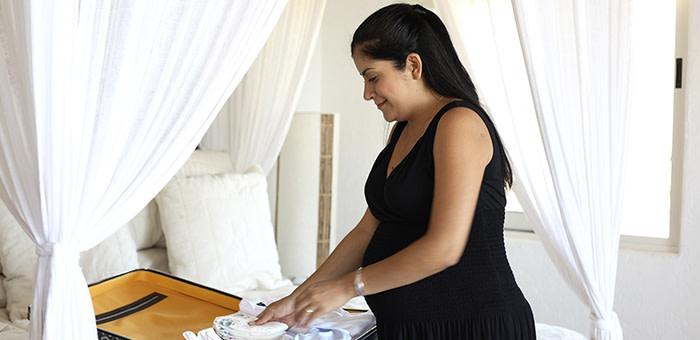 Doğum çantası hazırlayan kadın