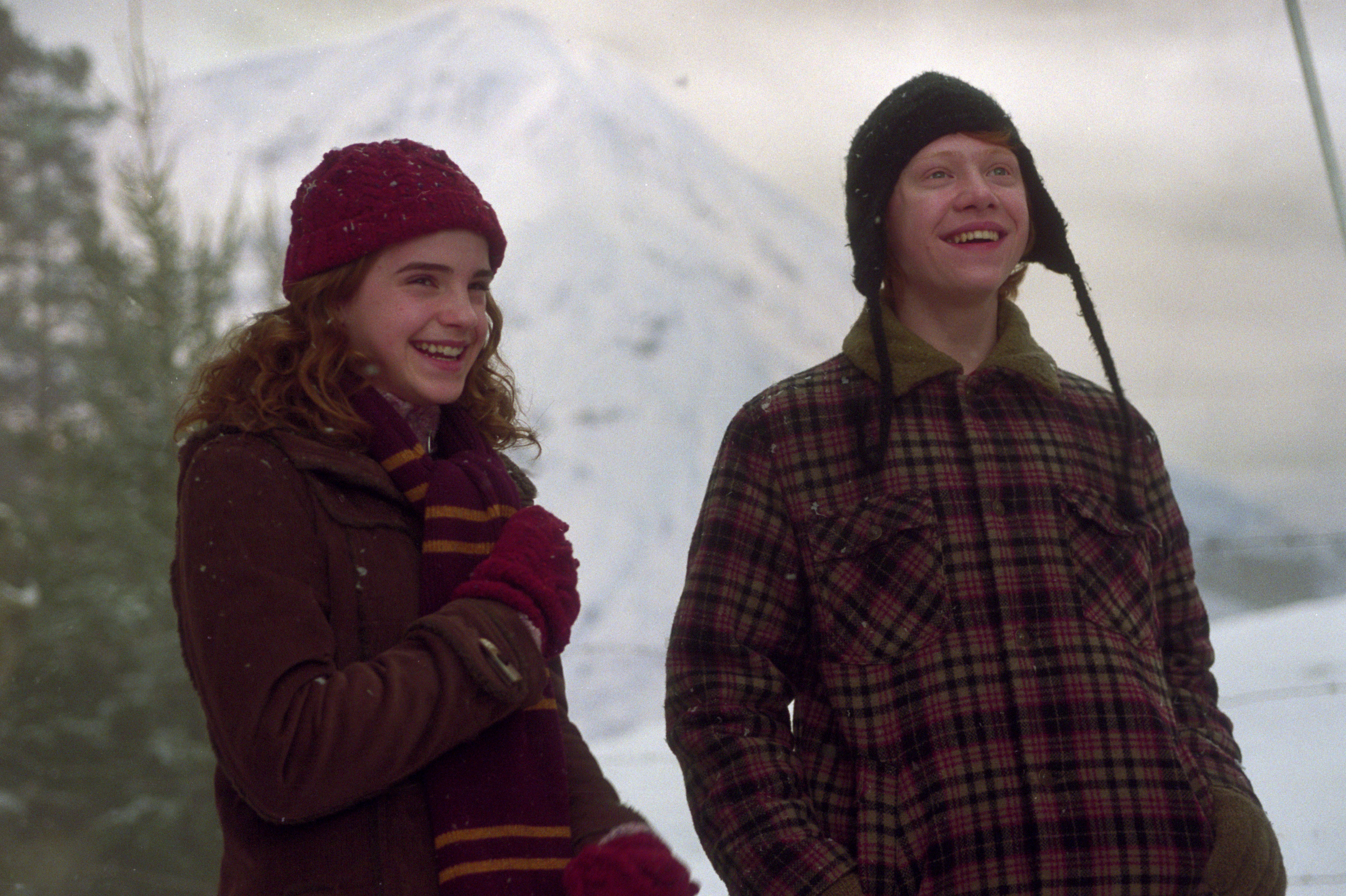 image-web-HP3-hermione-ron-laughing-snow-winter