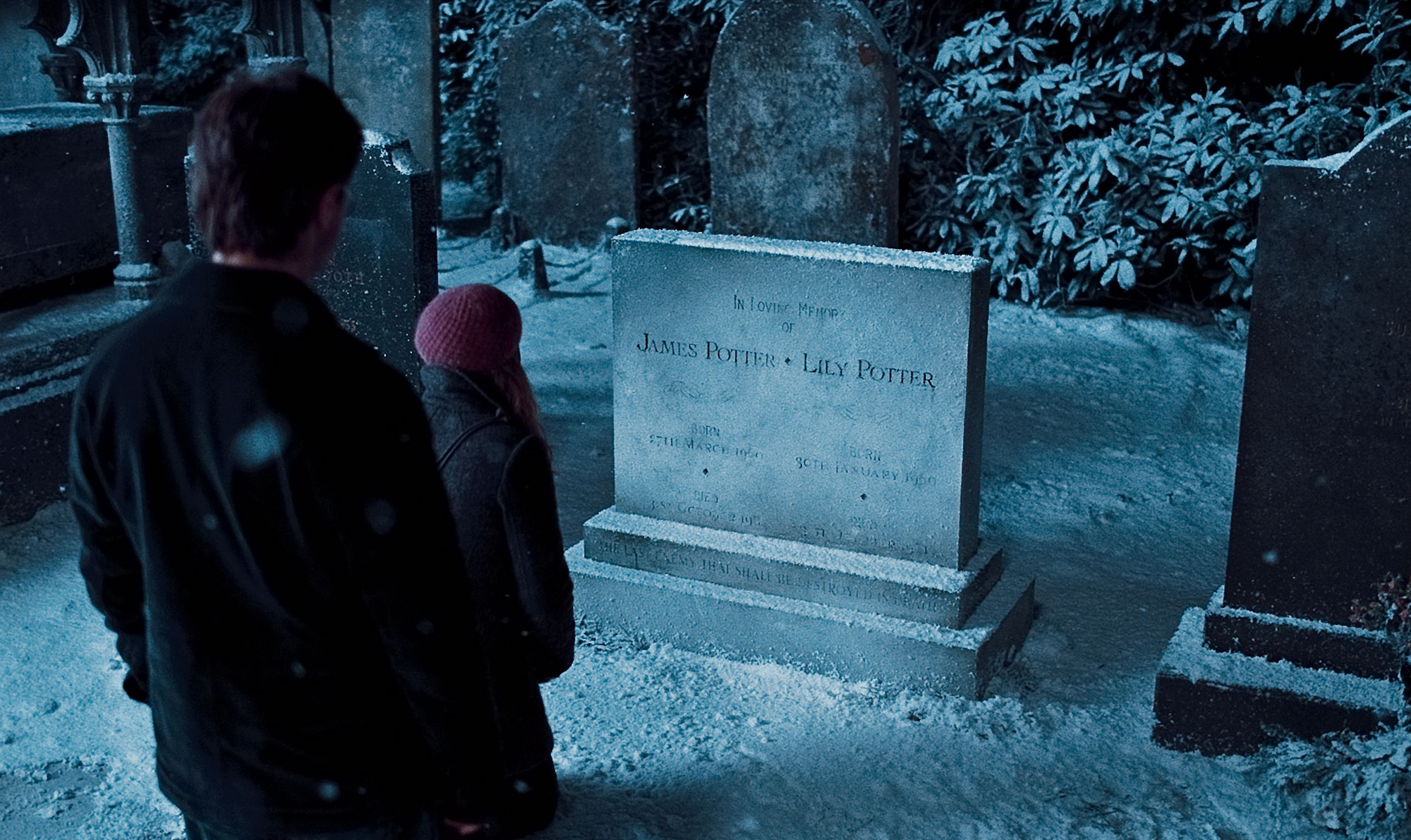 HP7-deathly-hallows-part-one-harry-hermione-visit-james-and-lily-potters-grave