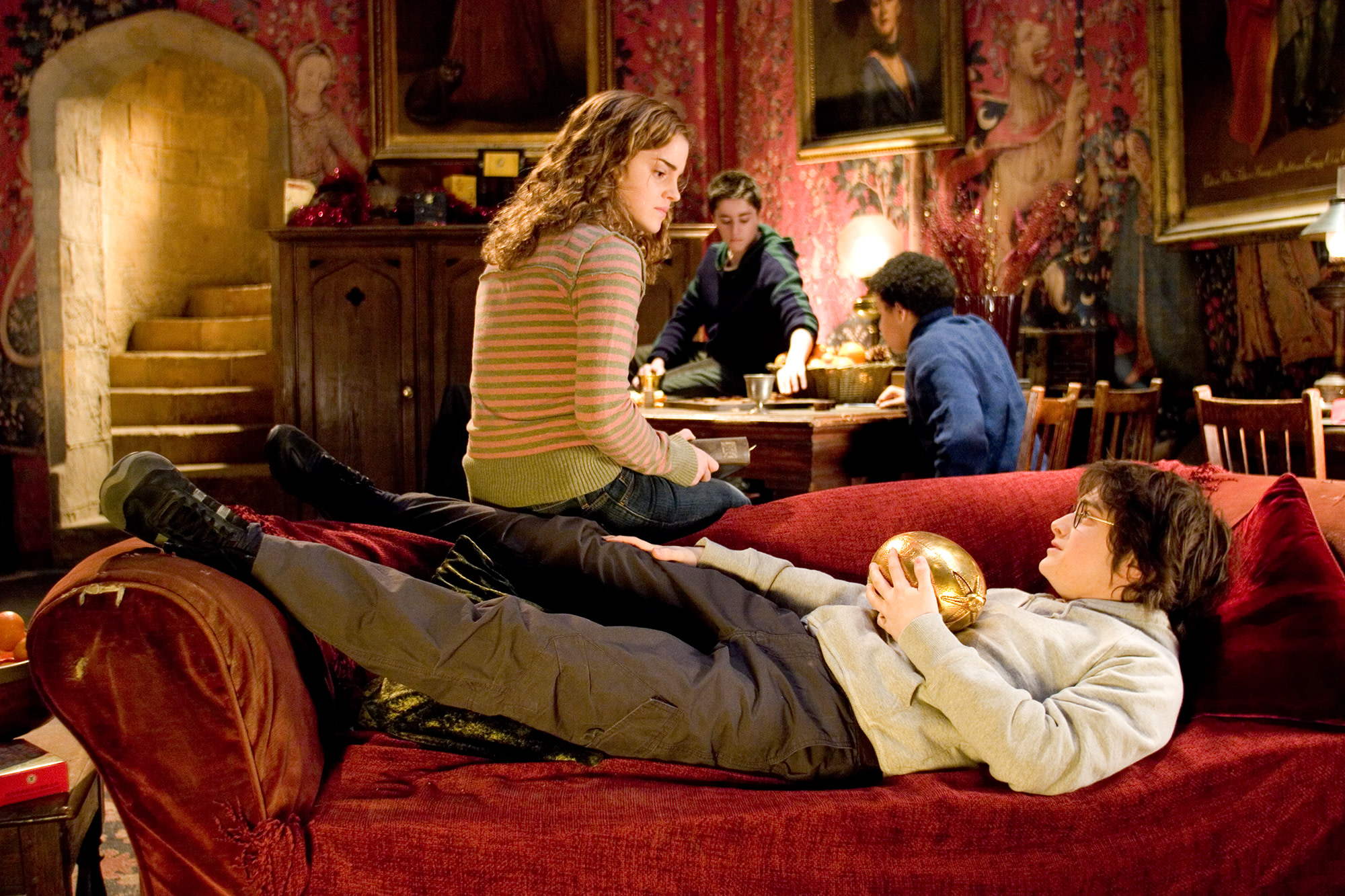 hp-f4-goblet-of-fire-hermione-harry-commonroom