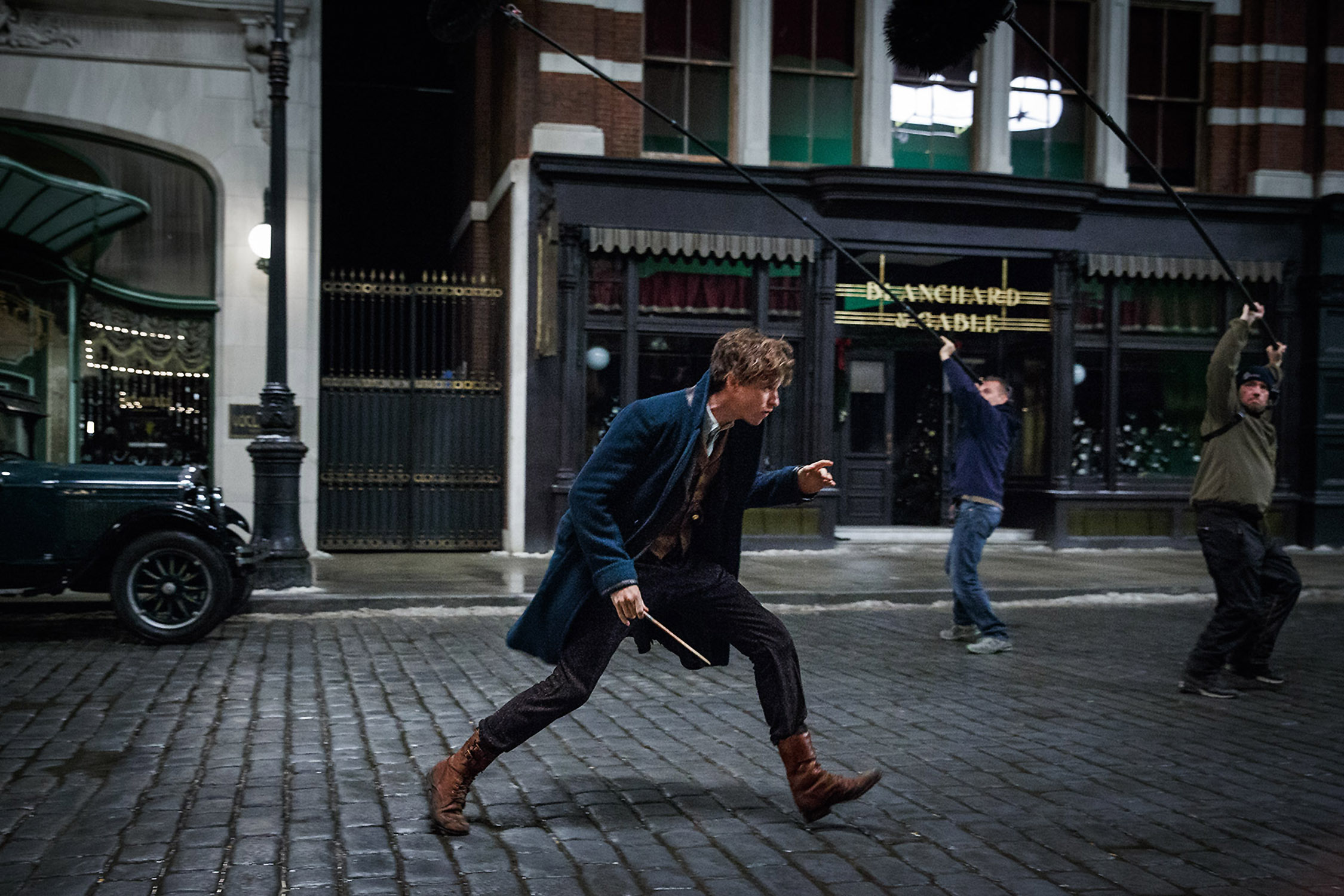 Eddie on set as Newt, action shot WB FB-JB-01216