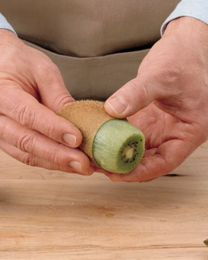 Tips-How-to-Peel-Kiwi