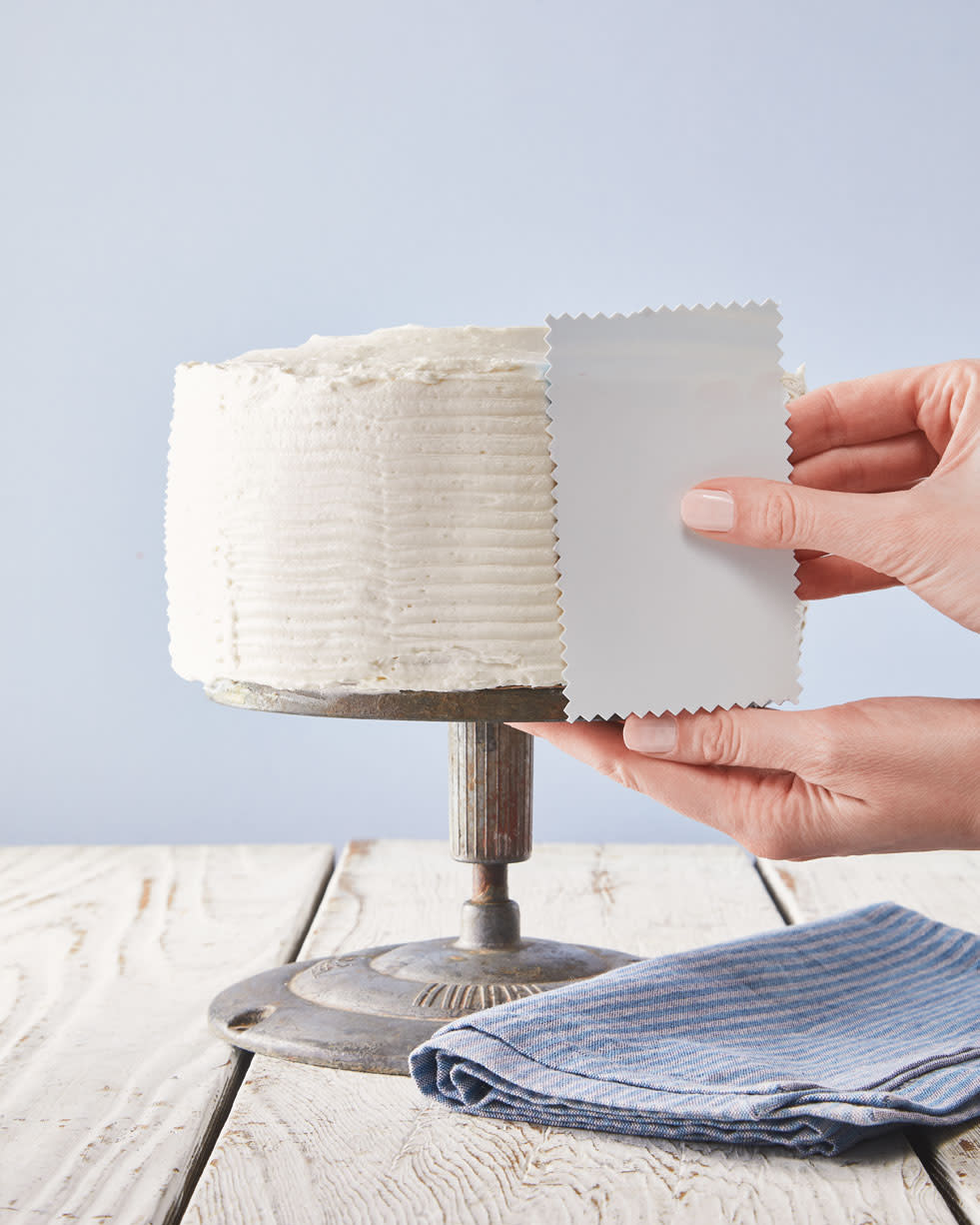 An Easy, Minimalist Way to Decorate a Cake