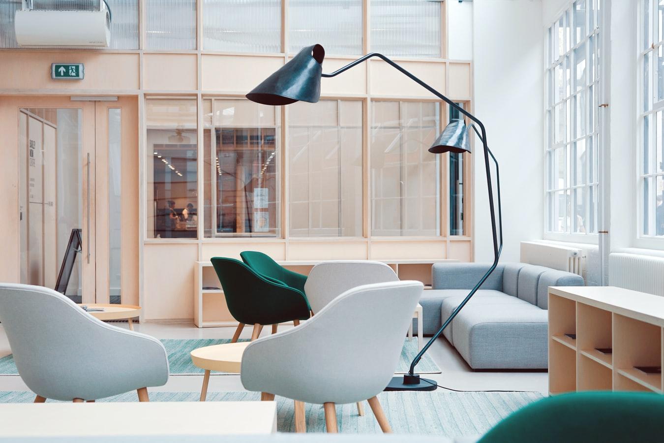 Un bureau avec des fauteuils et un coin salon.