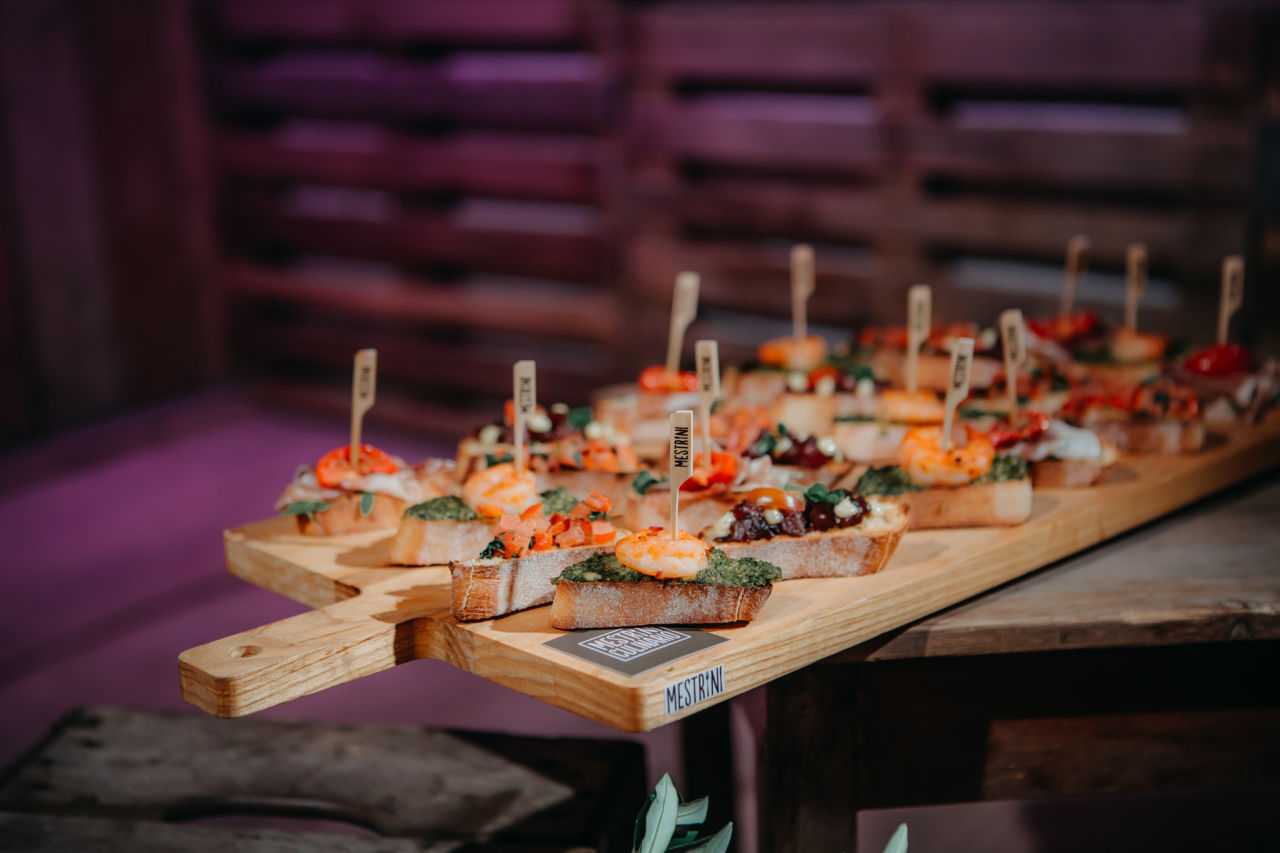 Borrelplank hapjes brushetta borrel catering