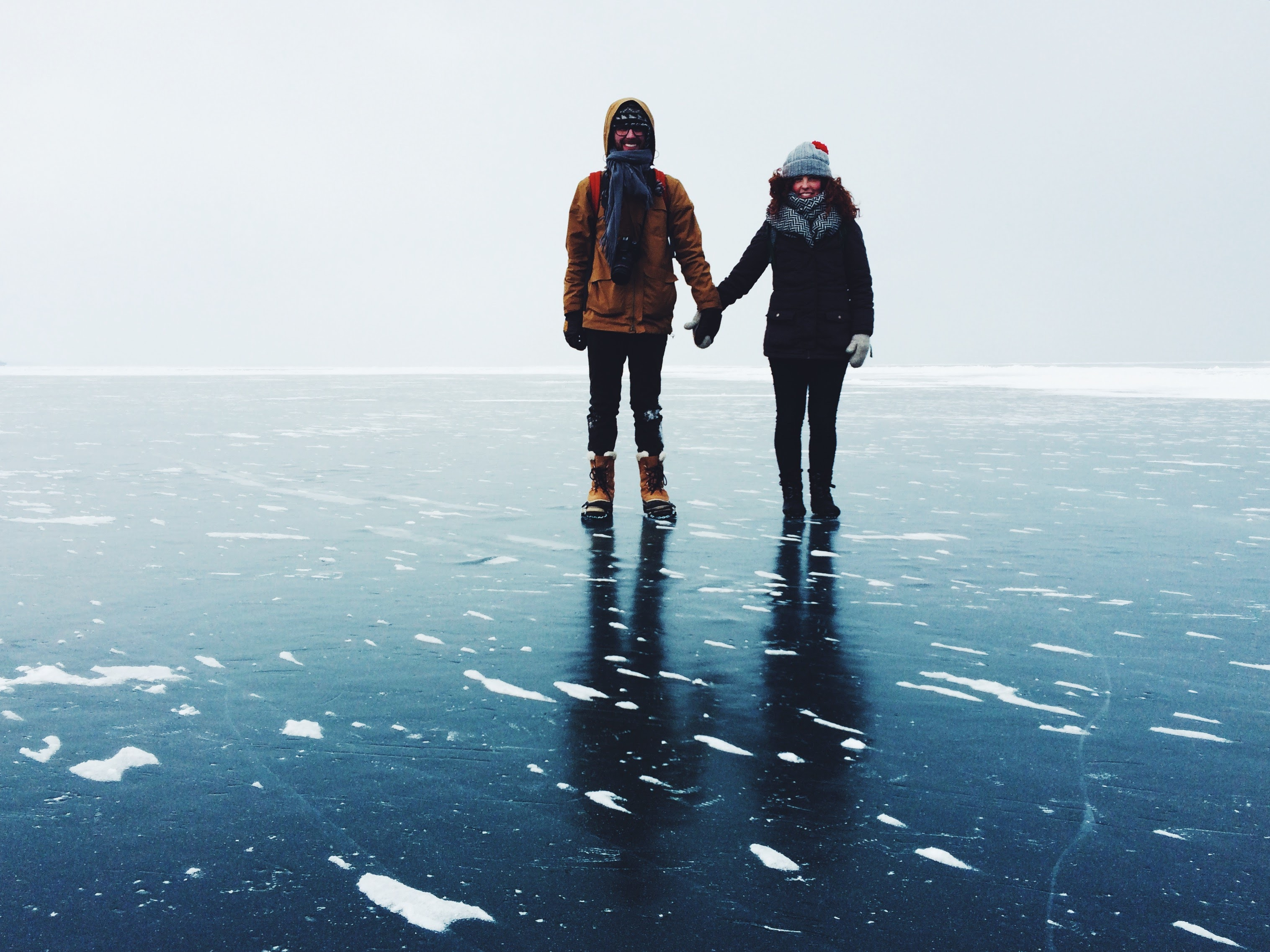 couple-holding-hands-on-ice-in-winter t20 kjB8Z3