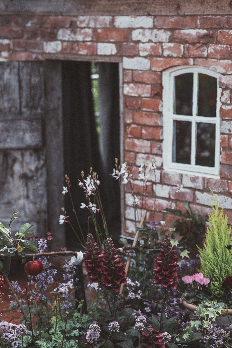 Ein Haus mit alten Holzfenstern