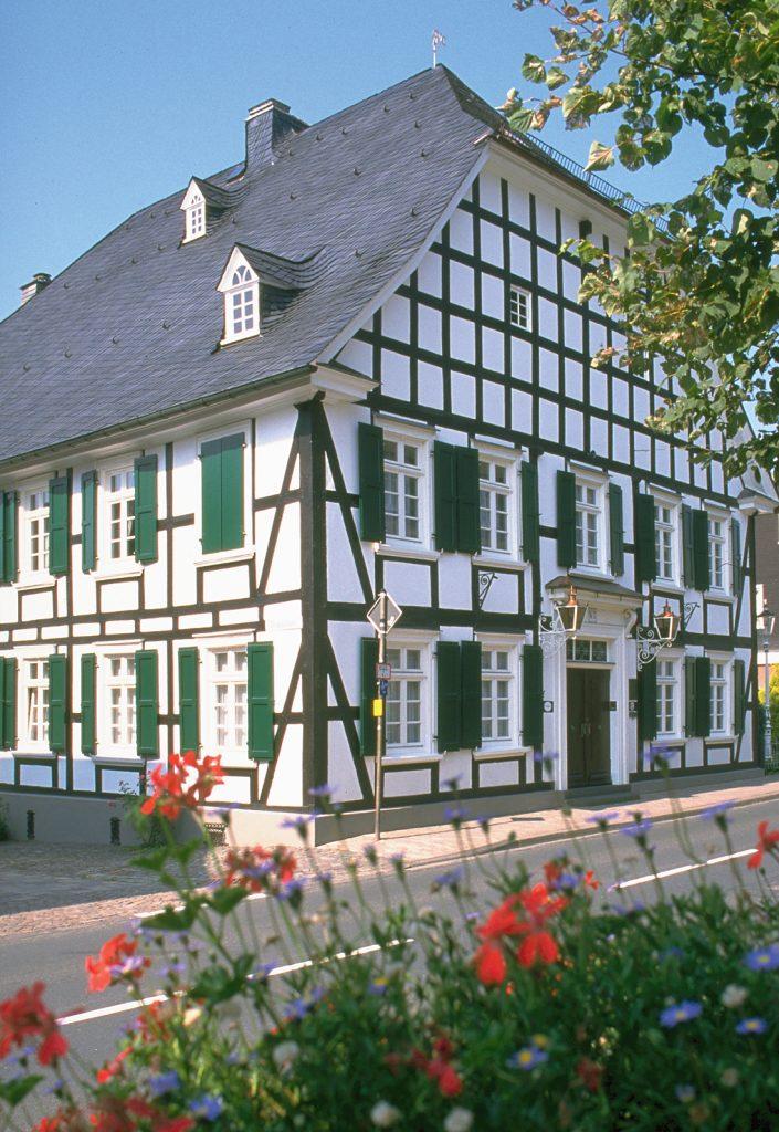 Holzfenster pflegen erhält die Schönheit der Oberflächen von Holzfenstern. Hier: Fachwerkhaus mit Sprossenfenstern von Sorpetaler
