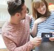 Paar mit Ultraschallbild, es folgt die Bekanntgabe der Schwangerschaft beim Arbeitgeber