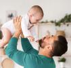Vater mit Baby während Vaterschaftsurlaub