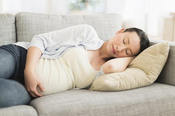 Schlafende schwangere Frau im zweiten Schwangerschaftstrimester