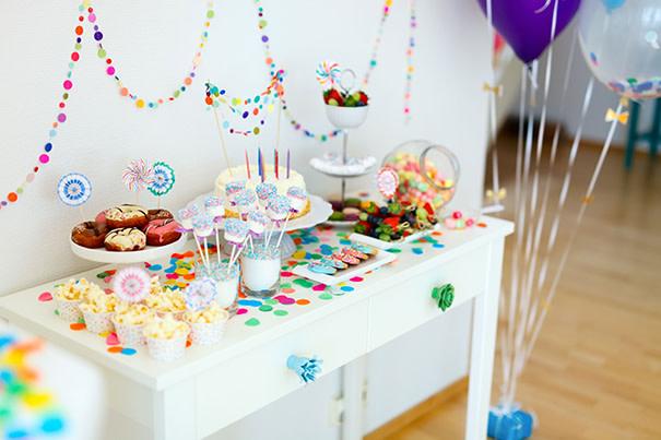 Gedeckter Tisch mit Süßigkeiten und Getränken für die perfekte Babyparty-Deko