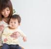 Mutter misst Fieber bei Baby