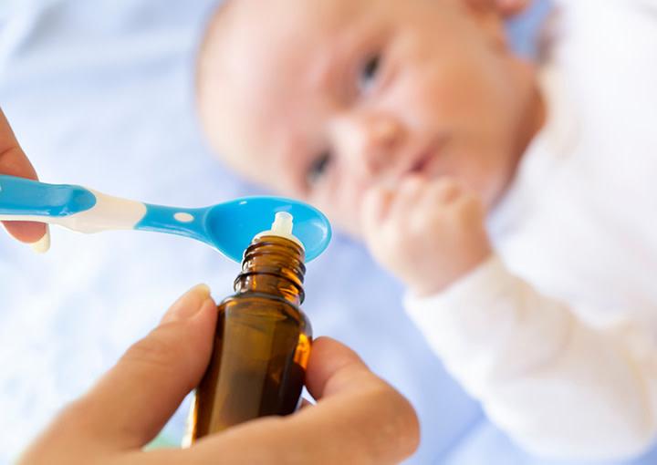 Baby nimmt Vitamin-D Tropfen ein