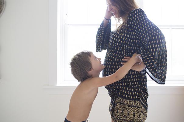 Schwangere Frau mit Kind. Mehrfachbelastung kann zu Stress in der Schwangerschaft führen