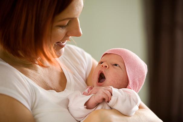 Eine neue Mutter hält Baby