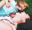 Mutter und ihr Kind haben Spaß im Gras