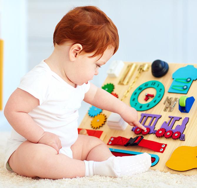 Baby mit seinem Spielzeug