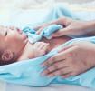 Neugeborenes nach dem ersten Bad
