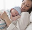 Mutter mit Kaiserschnittnarbe