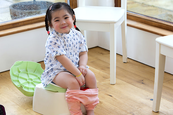 Kleinkind sitzt auf dem Töpfchen
