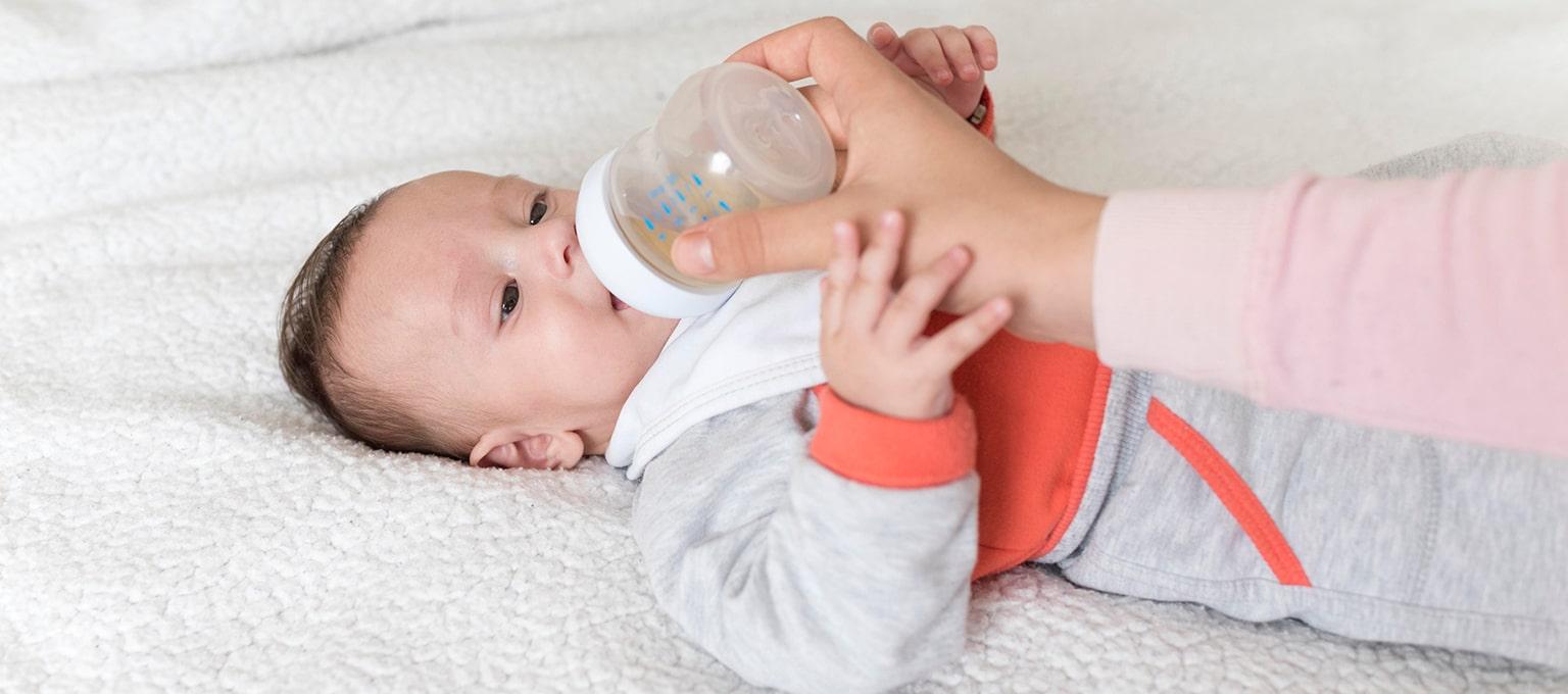 Baby trinkt Fencheltee