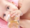 Baby trinkt Tee aus Babyflasche