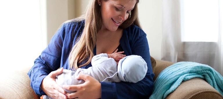 Das Stillen von Neugeborenen und Babys