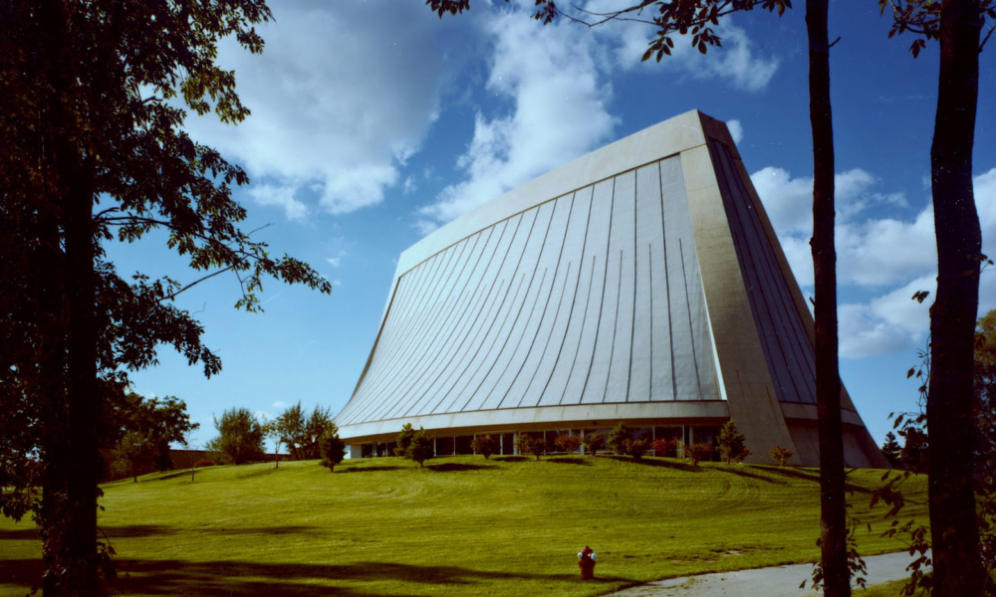 Temple Beth El in Troy, Michigan. The shape of the building was meant to evoke the tents of the biblical Israelites. Image via the Wayne State University Yamasaki Legacy.