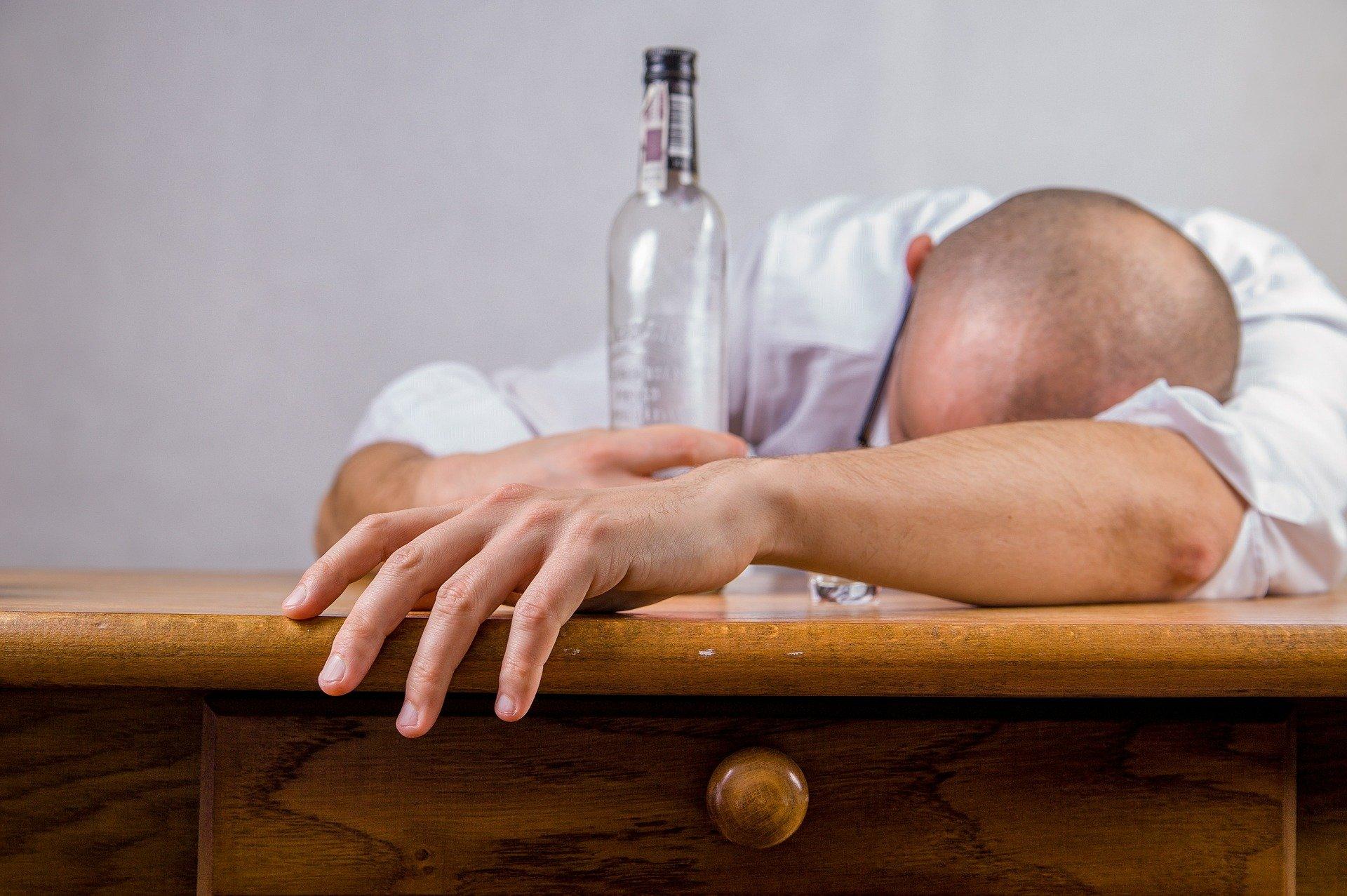 Zatrucia alkoholem etylowym – przyczyny i objawy
