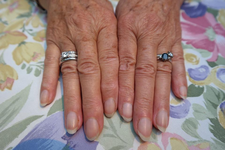 Błyszczące paznokcie – o czym mogą świadczyć zmiany w wyglądzie płytki paznokcia?