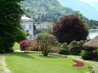 Härlig vy med en skymt av bostadshuset till vänster. Ett besök i Villa Melzis trädgård är en mäktig upplevelse!