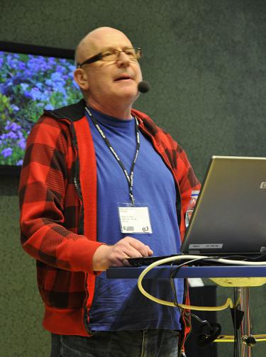 Peter Gaunitz i berättartagen. På skärmen bakom syns blåflox, _Phlox divaricata_. Foto: Sylvia Svensson