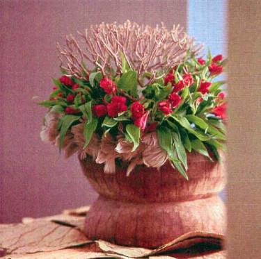 Alstroemeria arrangerad runt en torr kvist. Foto: FCH.