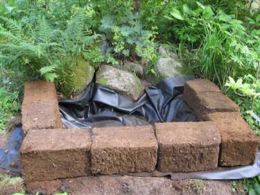 Minimyr med dammplast och torvblock på plats Foto: Hannele Niemelä