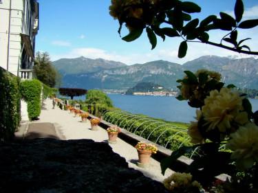 Här syns taket på pergolan nedanför Villa Carlotta. Lago di Como i bakgrunden stör inte helhetsbilden precis.