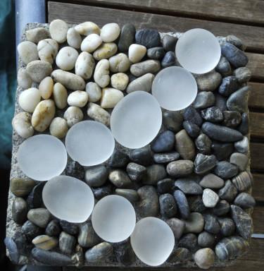 Stenplatta med strandstensmosaik. Fogningen återstår att göra.  Foto: Sylvia Svensson