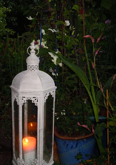 Ljuslyktor, krukor och växter gifter sig fint. Foto och arr: Sylvia Svensson