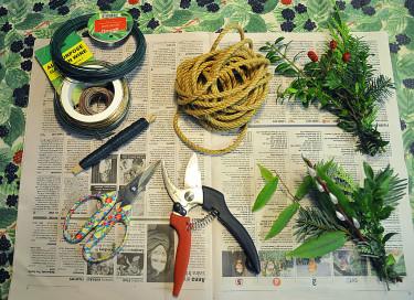 Material till girlang. Gör många knippen, det behövs massor. Foto: Sylvia Svensson