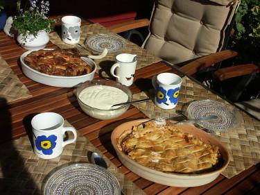 Amerikansk (th) och Farmors (tv) äppelkakor.  Recept på länkarna i artikeln. Foto: Sylvia Svensson