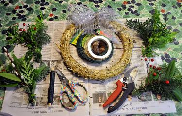 Material och verktyg för vintergrön krans. Foto+arr: Sylvia Svensson