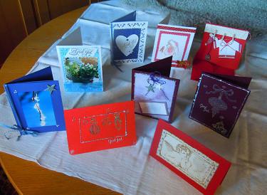 En samling egenhändigt gjorda julkort i olika tekniker. Foto: Bernt Svensson