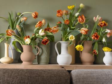 Tulpaner i olika vaser ställda på rad ger ett modernt intryck.  Foto: Blomsterfrämjandet