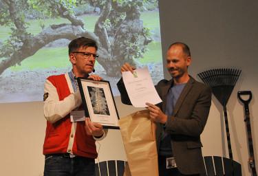 Klas Kihlberg, t.h, fick årets Gröna Pennpris. Gröna Pennklubbens ordförande Hannu Sarenström delar ut. Foto: Bernt Svensson