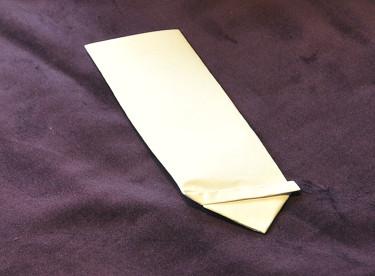 Fröpåse, vik ner spetsen på triangeln och stoppa in den under fållen. Foto: Bernt Svensson