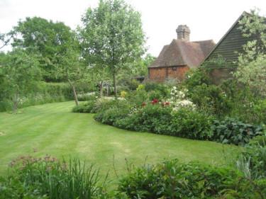 I en stor trädgård går det att ta ut svängarna med organiska former. Foto: Karin Malmberg