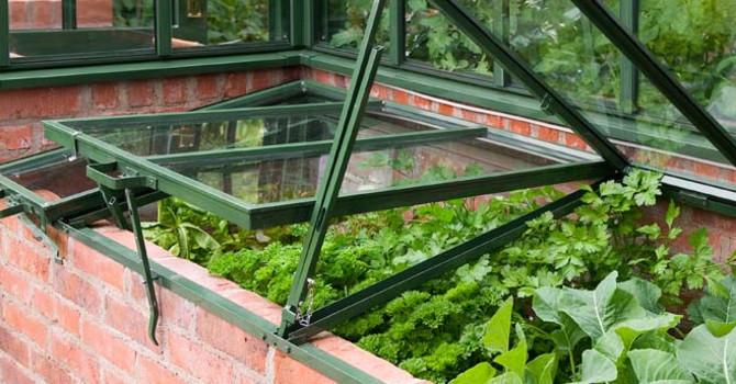 Utanför växthuset finns en kallbänk i samma stil och material.  Foto: Vansta Trädgård